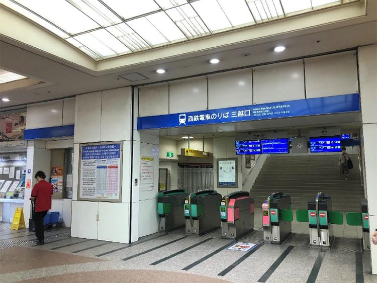 西鉄福岡(天神)駅 三越口 から出て右。もしくは、地下街 の西9、西10から地上に出て警固公園に向かいます。