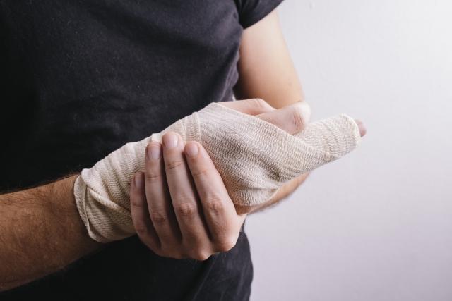 なんで治らない!?ずっと痛い突き指の正しい対処法!